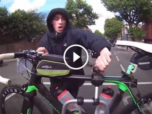 Video में देखिए कैसे एक चोर ने की चलती कार से सायकिल चुराने की कोशिश?