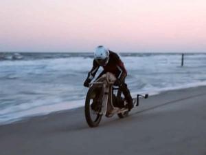 VIDEO: लकड़ी की बाइक, शैवाल का ईंधन, यह वास्तव में OMG बाइक है...