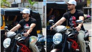 बिना हेलमेट बाइक चलाने पर मुंबई पुलीस ने बॉलीवुड स्टार कुणाल खेमू पर लगाया 500 रुपए का जुर्माना