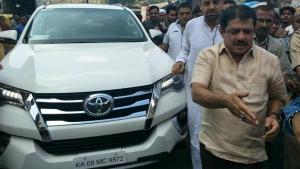कर्नाटक के मंत्री ने सरकार से Innova के बदले मांगी Fortuner - कहा मुछे बचपन से SUV की आदत है