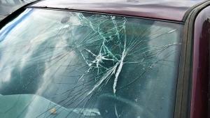 इन 10 वजहों से टूटता है कार का विंडशिल्ड, जानिए कैसे करें बचाव?