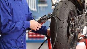 Tips: Bike में चौड़े टायर लगवा रहे हैं तो यह होंगे फायदे और नुकसान, यहां जानें