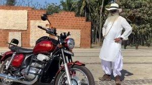 धर्मगुरू सद्गुरू ने चलाई जावा 42, कहा 35 सालों बाद चलाई जावा की बाइक, देखें वीडियो