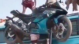 सर पर बाइक उठाए मजदूर का वीडियो हुआ वायरल, लोगों ने दी प्रतिक्रिया