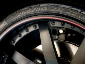 लो प्रोफाइल टायरों की खूबियां और खामियां
