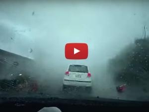 वीडियो• टॉरनेडो का आतंक, हवा में उड़ गई कार