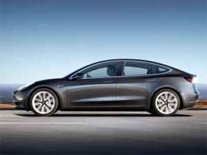 टेस्ला मॉडल 3 हुई लॉन्च, शुरू हुआ मास-वॉल्यूम इलेक्ट्रिक कारों का युग