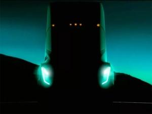 टेस्ला का इलेक्ट्रिक सेमी-ट्रक हुआ स्पॉट, जानिए कब होगा पेश?