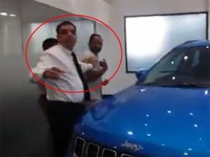 जीप डीलरशिप अधिकारियों ने ग्राहक को जमकर पीटा, देखिए वीडियो..