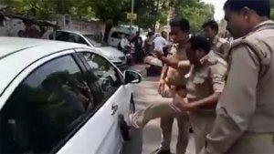 पुलिस वाले ने पहले मारी कार पर लात फिर जमकर दी गालियां - देखें विडियो