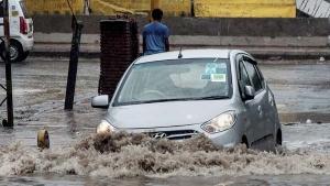 बरसात में ड्राइविंग के समय भूल के भी न करें ये 10 गलतियां