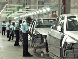ऑटो उद्योग में जारी है मंदी का दौर, 2 लाख नौकरियां प्रभावित