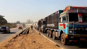 भारी वाहनों को दाएं लेन में चलाने पर सरकार लगायगी 5000 रुपये का जुर्माना