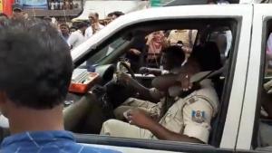 टाटा सफारी में बिना सीट बेल्ट लगाए जा रहे थे पुलिसवाले, लोगों ने किया कड़ा विरोध