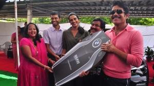 फिल्म स्टार नागार्जुन ने बैंडमिटन चैंपियन पीवी सिंधु को बीएमडब्ल्यू एक्स 5 से किया सम्मानित