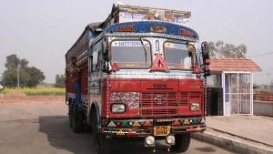 ट्रक ड्राइवर के 'लुंगी व बनियान' पहनने पर लगेगा 2000 रुपयें का जुर्माना, उत्तरप्रदेश में हुआ लागू