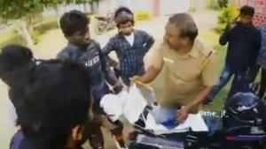 पुलिस वाले ने बाइकरों के समूह से मांगी रिश्वत, कहा 100 रुपयें कोई बड़ी चीज नहीं