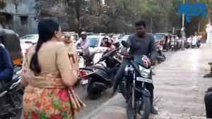 बुजुर्ग महिला ने उठाया साहसी कदम, फुटपाथ पर चल रहे बाइकर्स को रोका, देखें वायरल वीडियो