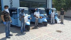Piaggio Donates Ration Kits To Auto Rickshaw Drivers: पियाजियो ने ऑटो ड्राइवरों को बांटे राशन किट