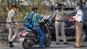 Mumbai Police Set Travel Restrictions: मुंबई में घर से 2 किलोमीटर से ज्यादा दूर जाना पड़ेगा मंहगा