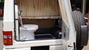 Mahindra Bolero Fitted With Toilet Seat: महिंद्रा बोलेरो में लगा दिया टायलेट, जानें कितना आया खर्च