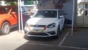 New Volkswagen Polo Delivery Gone Wrong: डीलरशिप पर ही पलट गयी नई कार, देखें वीडियो