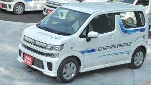 Maruti WagonR XL5 Electric Spied: मारुति एक्सएल5 इलेक्ट्रिक टेस्टिंग के दौरान आई नजर, जानें
