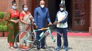 President Gifts Bicycle: ढाबे में बर्तन धोता था चैंपियन, राष्ट्रपति कोविंद ने भेंट की साइकिल