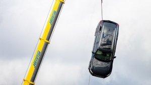 Volvo Drops New Cars For Training: वोल्वो ने 10 नई कारों को क्रेन से गिराकर किया तबाह, जानिए क्यों