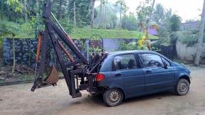 इसरो के इंजीनियर ने 22 साल पुरानी कार को बना दिया खुदाई मशीन, कर रही है लोगों का काम आसान