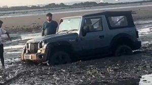 क्या हुआ जब समुद्र किनारे दलदल में फंस गई नई Mahindra Thar, वीडियो में कैद हुआ पूरा वाकया