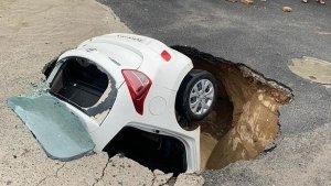 एक कार कुछ इस तरह समा गई सड़क के गड्ढे में, देखिए हैरान करने वाला वीडियो
