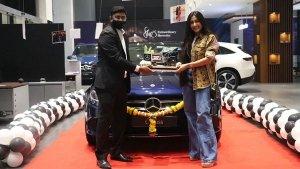 क्रिकेटर युजवेंद्र चहल ने खरीदी नई मर्सिडीज सी-क्लास सेडान, पत्नी धनश्री ने ली कार की डिलीवरी