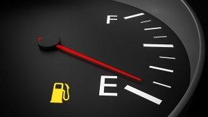 Britain: कम ईंधन पर चलाई कार तो भरना होगा जुर्माना, ड्राइविंग लाइसेंस भी होगा जब्त
