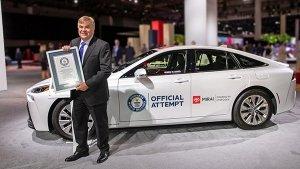 Toyota की इस कार ने बनाया Guinness World Record, एक बार हाइड्रोजन फ्यूल भर कर चली 1359 किमी