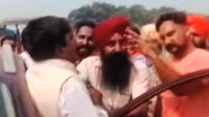 ट्रैफिक हटाने बीजेपी नेता ने लहरायी बंदूक, लोगों ने पीटा