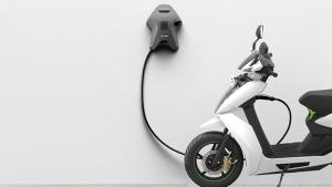 दिल्ली में इलेक्ट्रिक वाहन के लिए चार्जर लगाना हुआ आसान