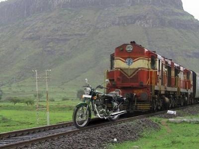 मोदी जी के बुलेट ट्रेन के चक्कर में मुफ्त में हुआ रॉयल इनफील्ड का प्रचार